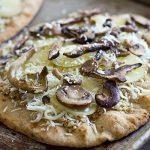 Быстрая мини-пицца или флетбрэд (flatbread) с начинкой.