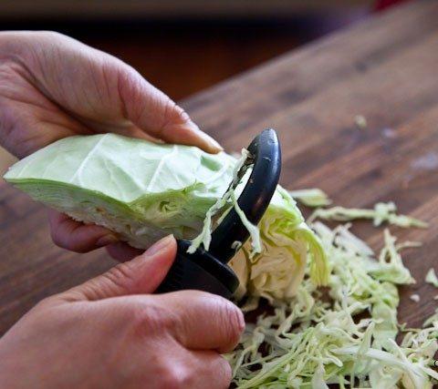 Шинкуем капусту с помощью картофелечистки