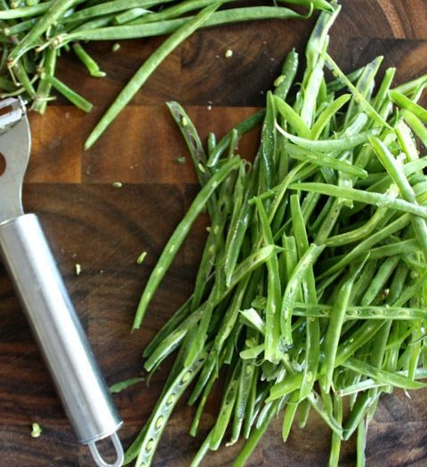 Нарезаем на ломтики любые овощи